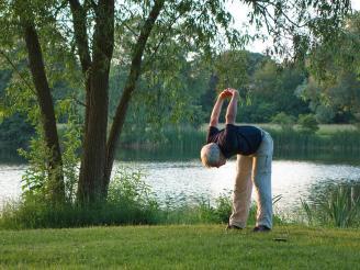Nunca se es mayor para practicar yoga