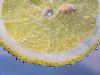 Nutrición: ventajas de tomar agua tibia con limón por las mañanas
