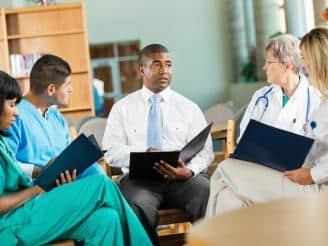 Cómo hacer la integración de un equipo sanitario en un centro médico
