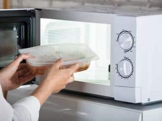 6 alimentos que no debes cocinar en el microondas